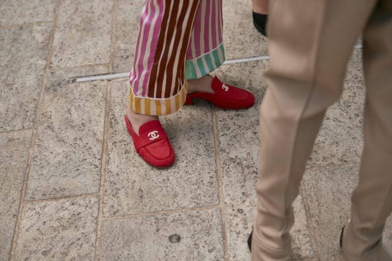 Milano Fashion Week Streetstyle SS20. Röda loafers från Chanel.
