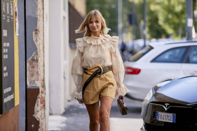Milano Fashion Week Streetstyle SS20. Spetsblus och bälte från Bottega Veneta.