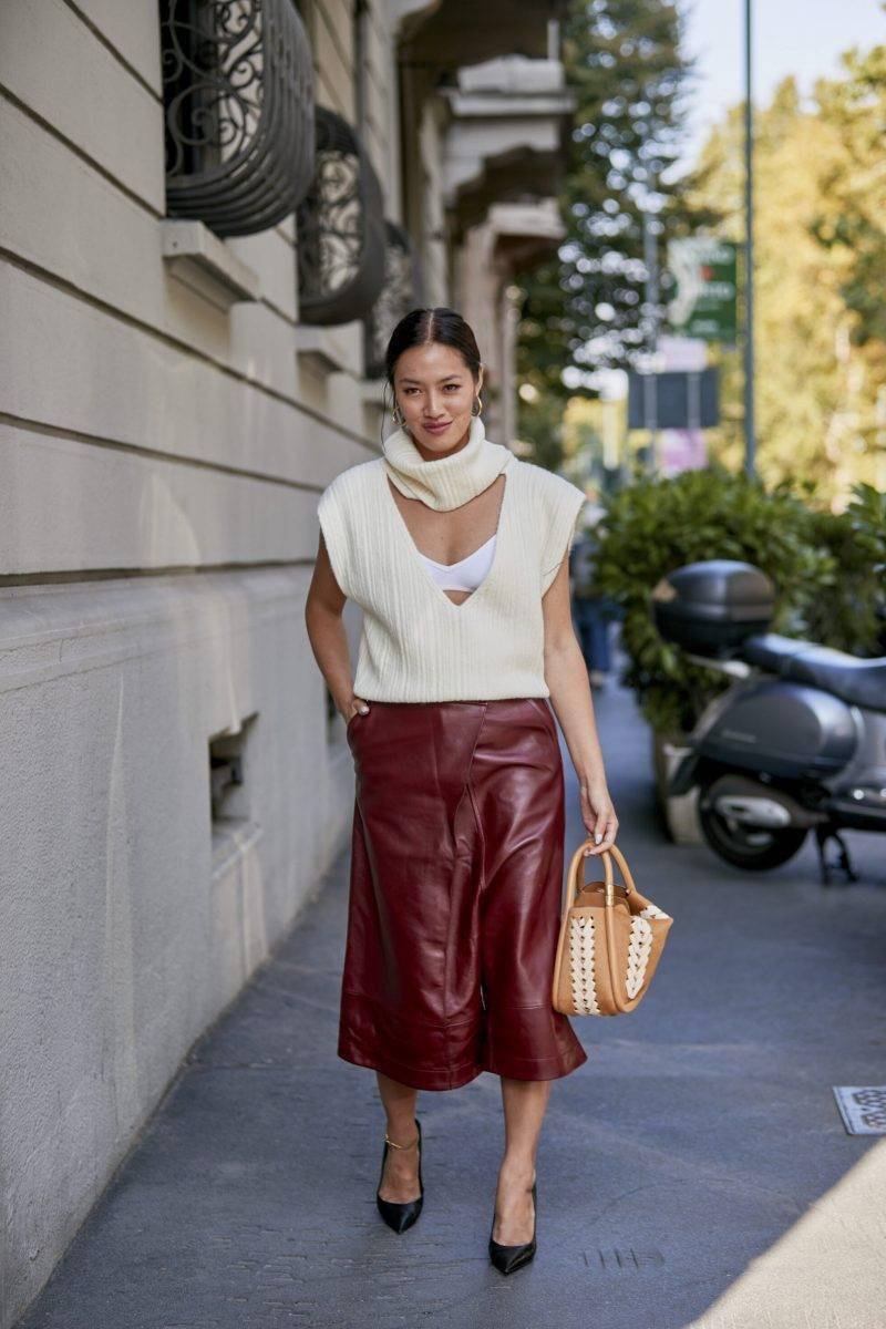 Milano Fashion Week Streetstyle SS20. Vinröd läderkjol.
