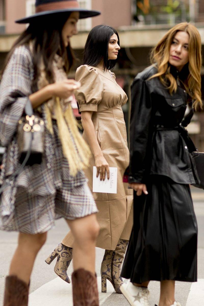 Milano Fashion Week Streetstyle. Tre kvinnor som går över gatan.