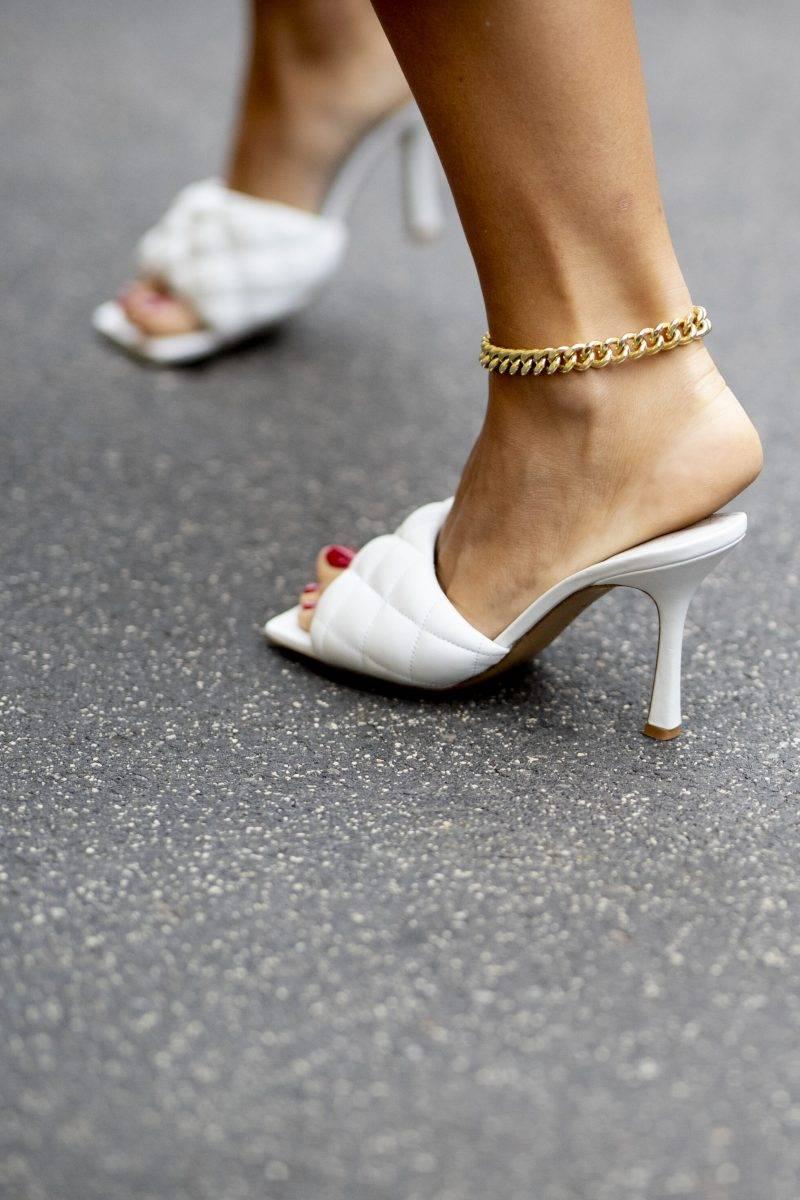 Milano Fashion Week Streetstyle SS20. Bottega Veneta skor.