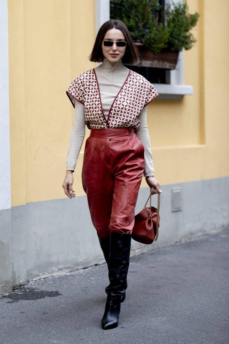 Milano Fashion Week Streetstyle SS20. Röda läderbyxor.
