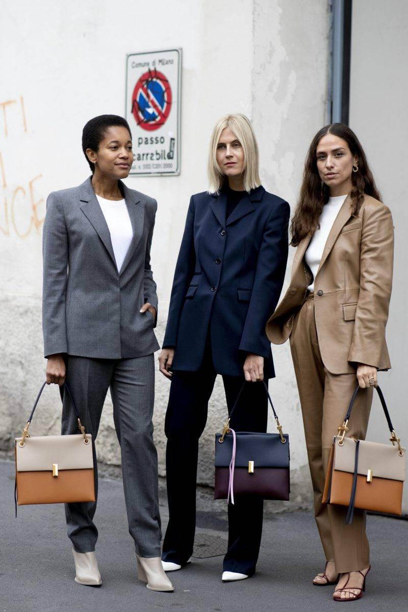 Milano Fashion Week Streetstyle SS20. Tre vänninor med liknande väskor.