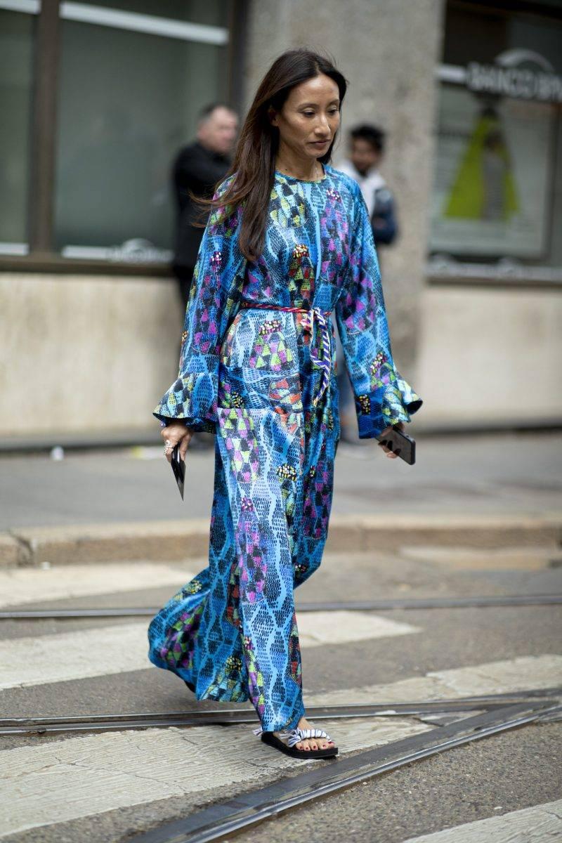 Milano Fashion Week Streetstyle SS20. Blåmönstrad klänning.