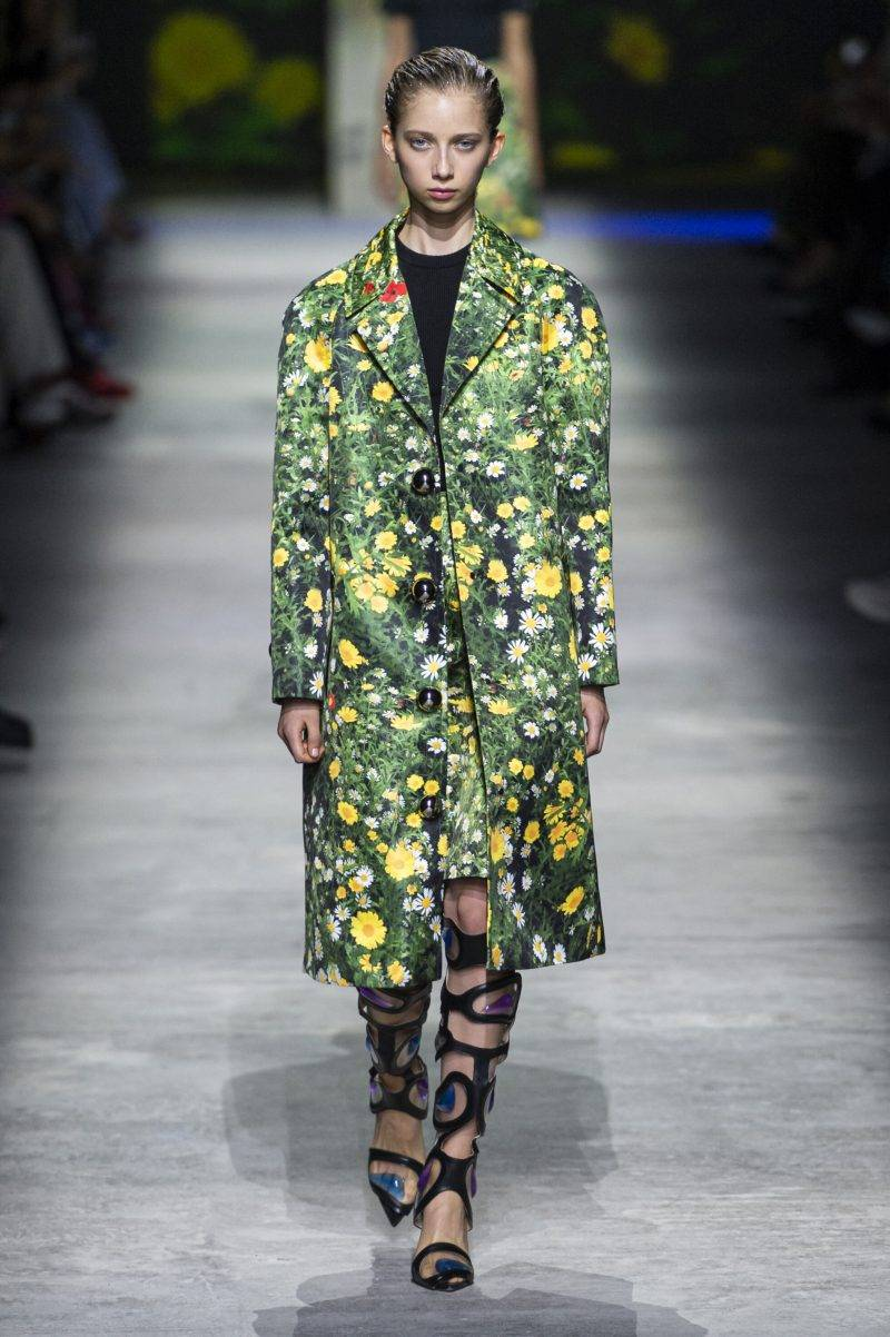 Christopher Kanes visning på London Fashion Week SS20, blommig grön kappa