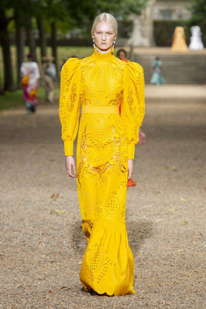 Erdem på London Fashion Week SS20, kanariegul långklänning