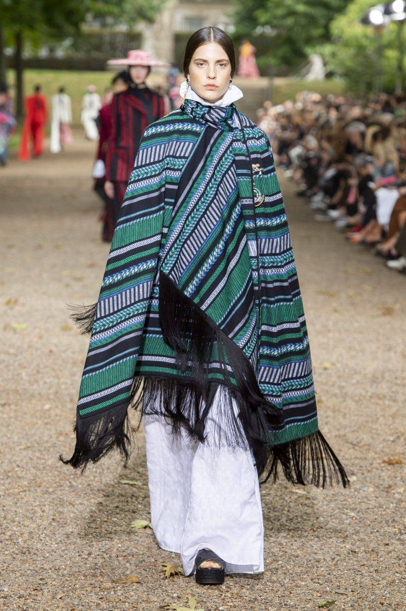 Erdem på London Fashion Week SS20, randig poncho