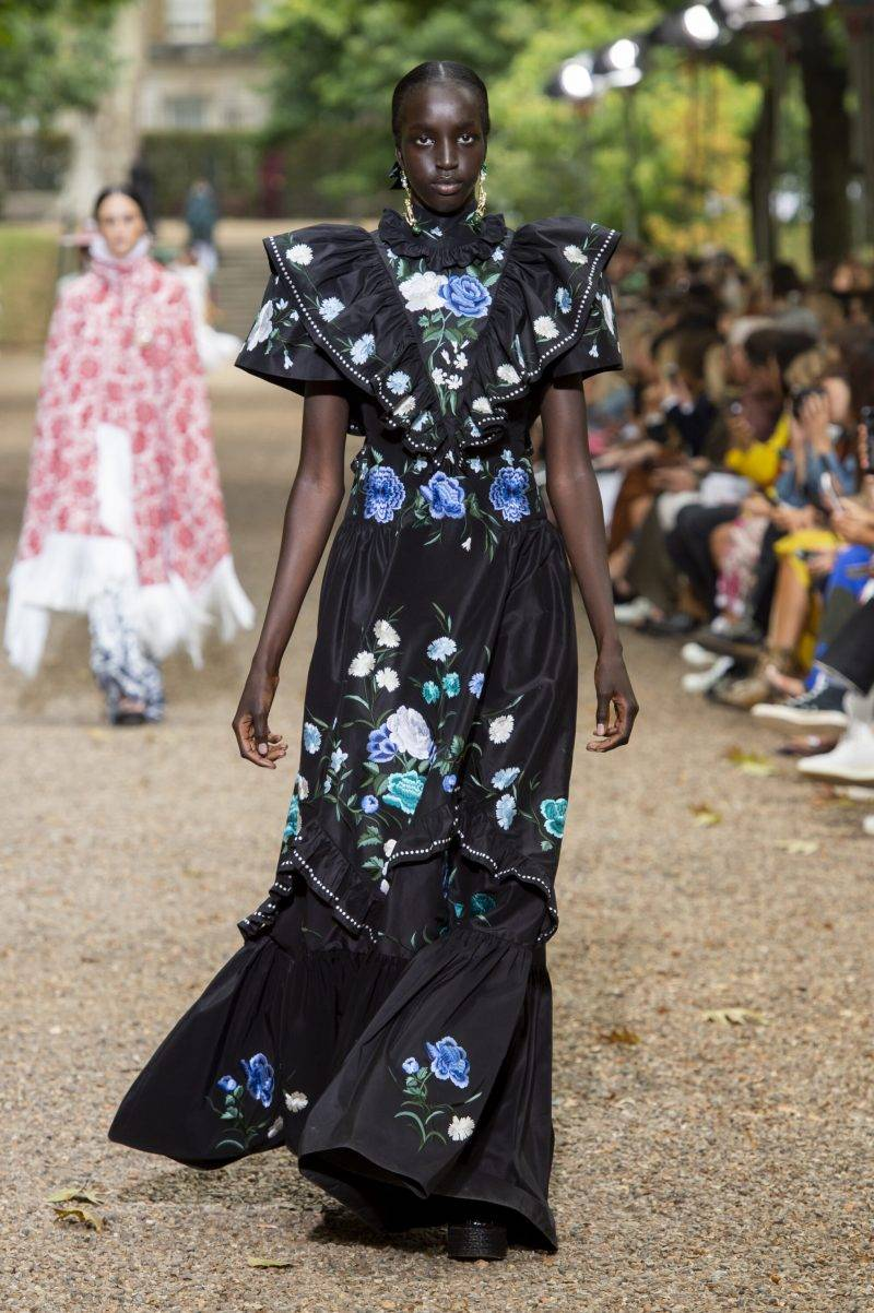 Erdem på London Fashion Week SS20, svart blommig långklänning