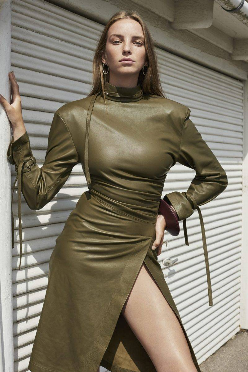 Hösttrend 2019, styla med skinnplagg - militärgrön skinnklänning