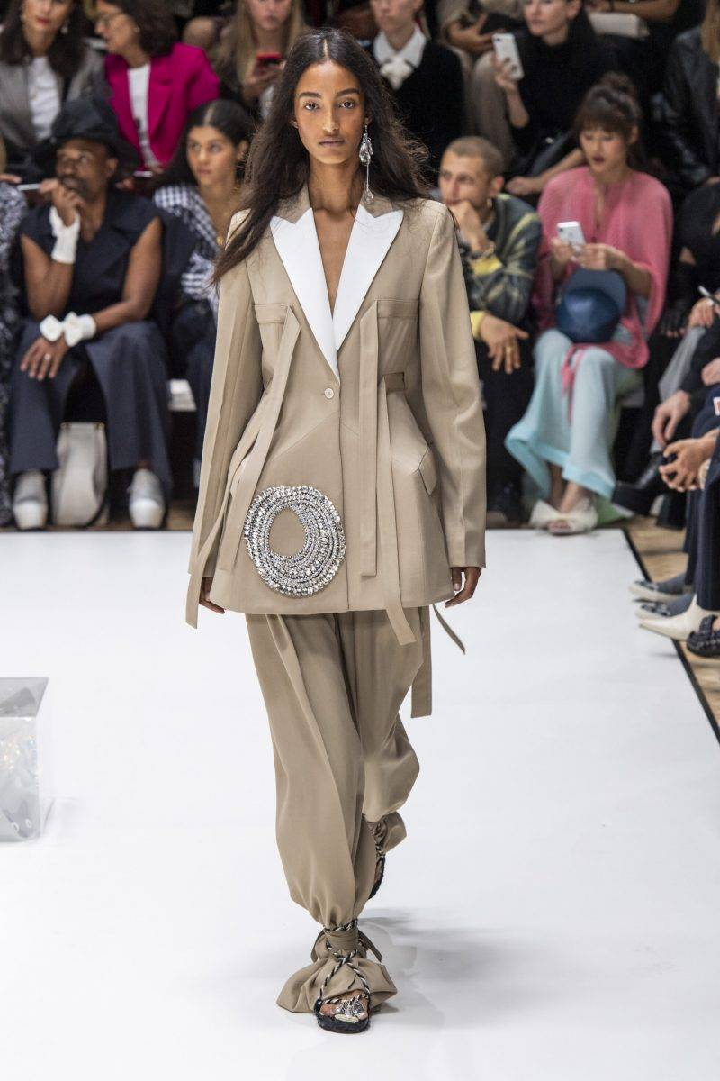 JW Anderson på London Fashion Week SS20, brun kostym