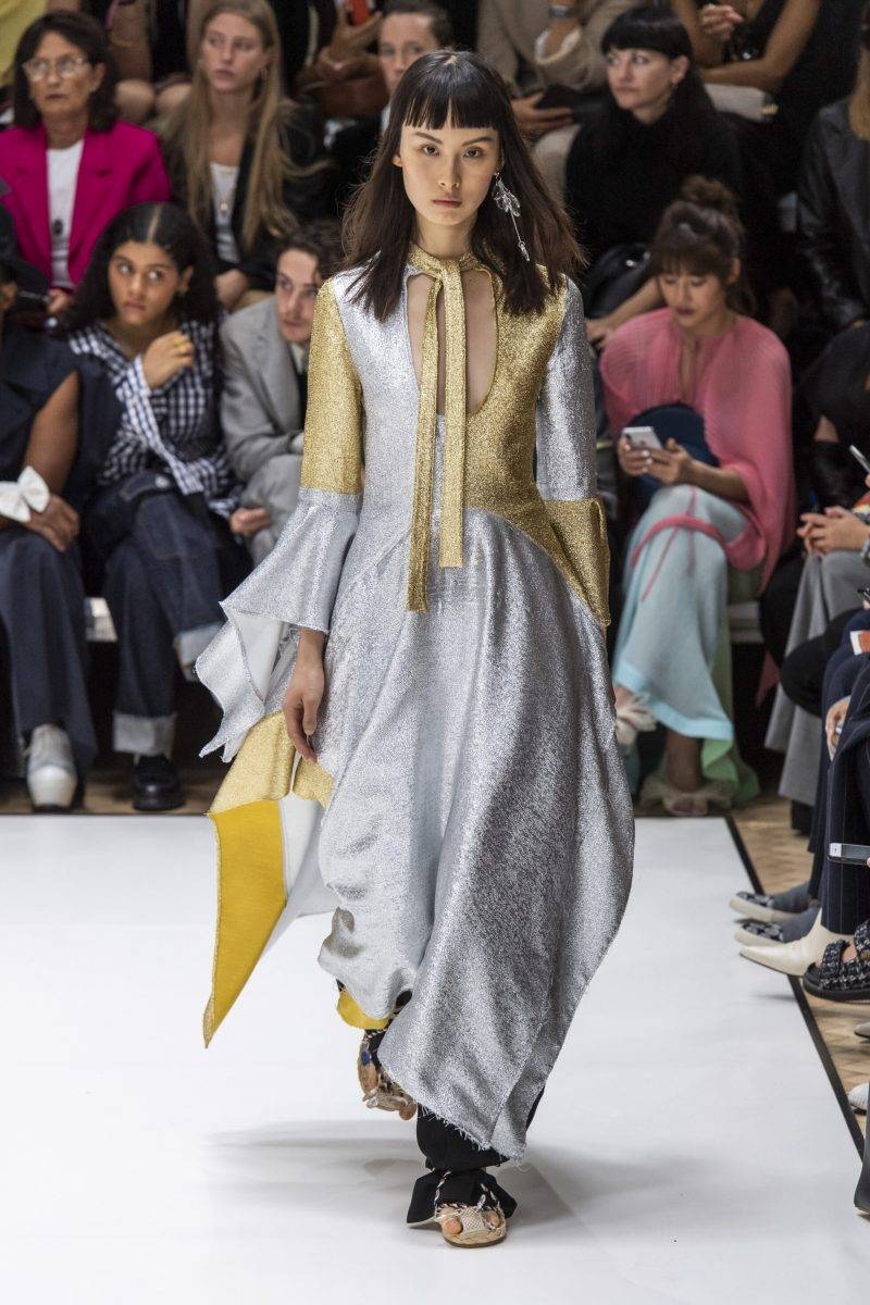 JW Anderson på London Fashion Week SS20, metallisk klänning