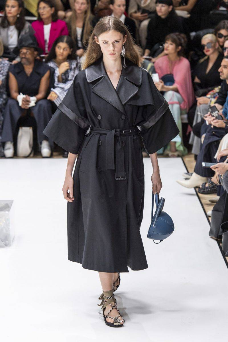 JW Anderson på London Fashion Week SS20, oversized svart kappa