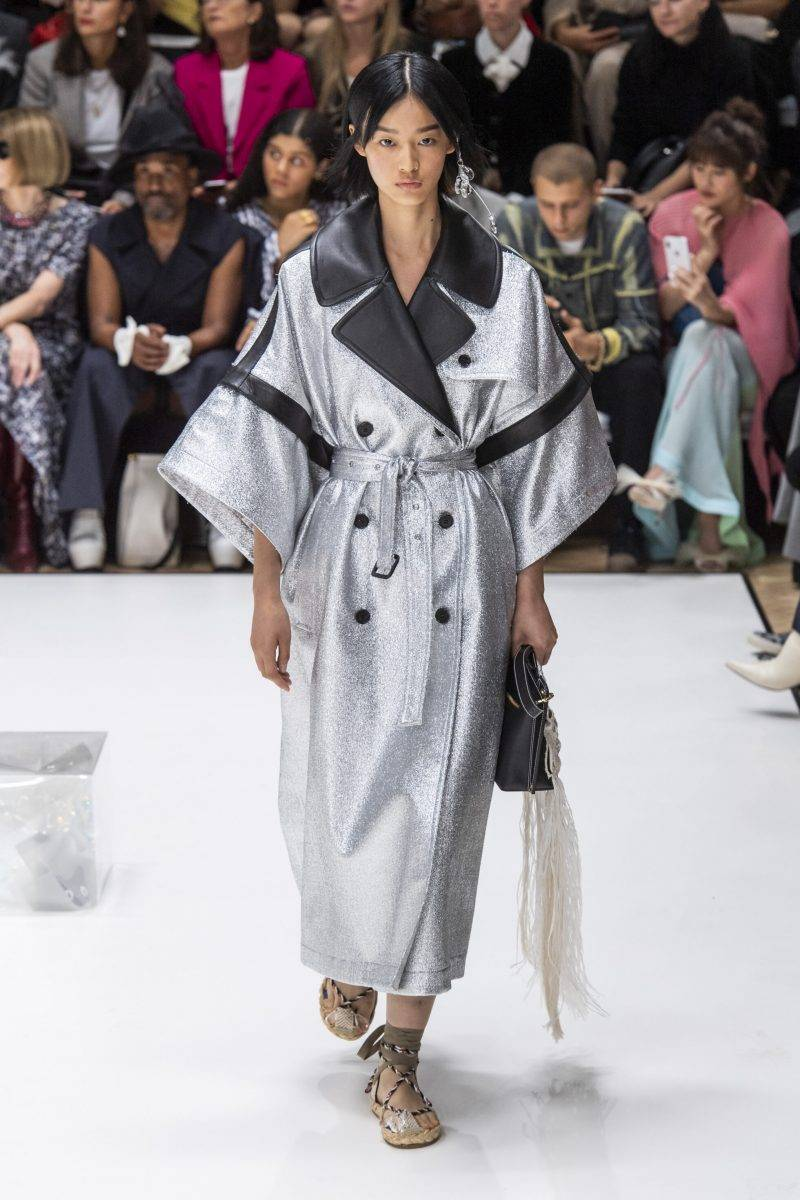 JW Anderson på London Fashion Week SS20, oversized silvrig kappa