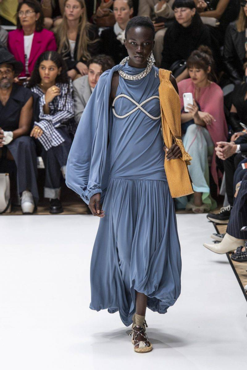 JW Anderson på London Fashion Week SS20, blå draperad klänning