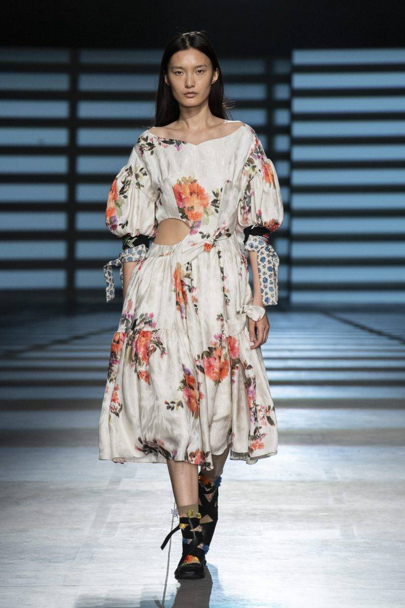 Preen by Thornton Bregazzi på London Fashion Week SS20, blommig klänning