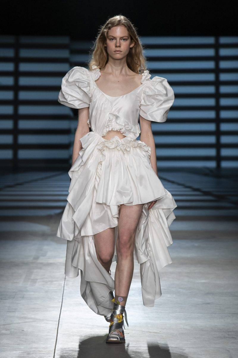Preen by Thornton Bregazzi på London Fashion Week SS20, vit outfit med volanger