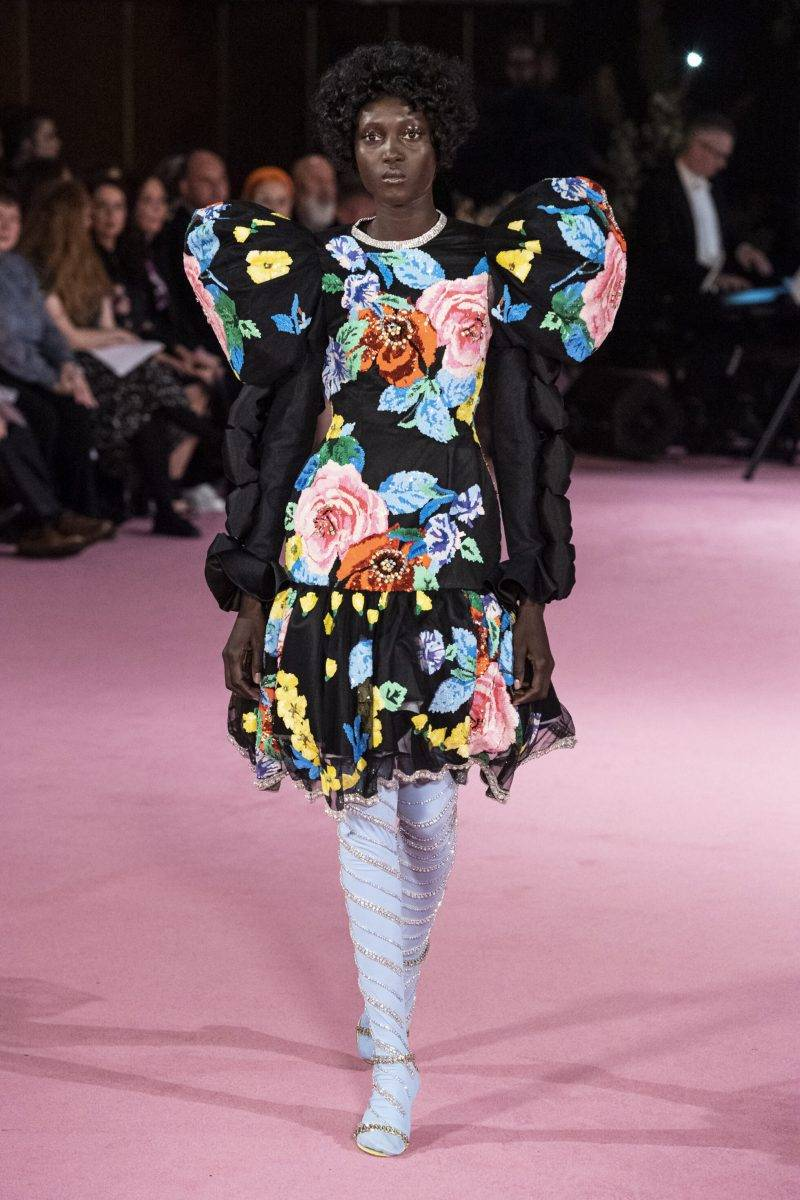 Richard Quinn på London Fashion Week SS20, blommig klänning svart