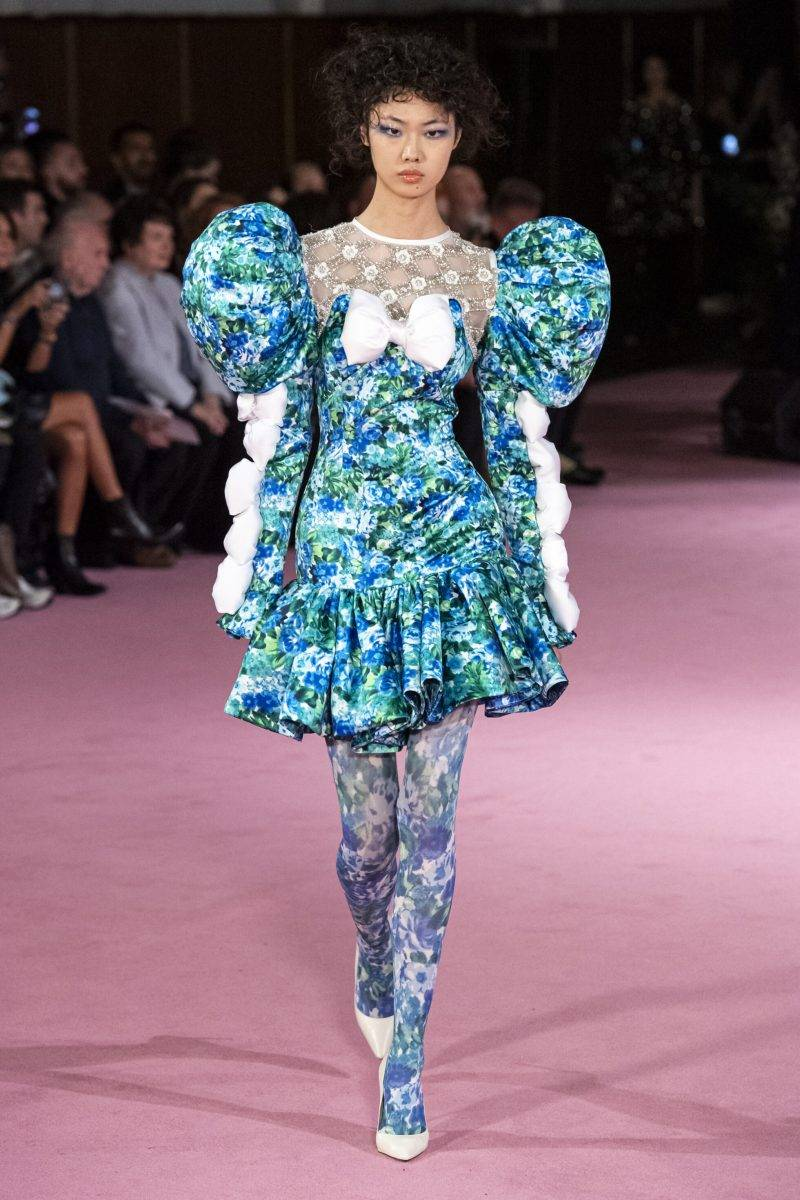 Richard Quinn på London Fashion Week SS20, ljusblå blommig klänning med puffärm