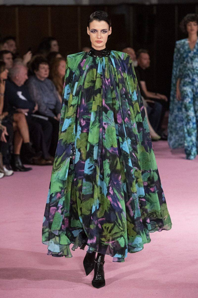 Richard Quinn på London Fashion Week SS20, blommig grönblå klänning