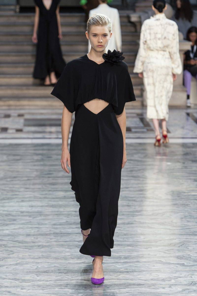 Victoria Beckham på London Fashion Week SS20, svart outfit