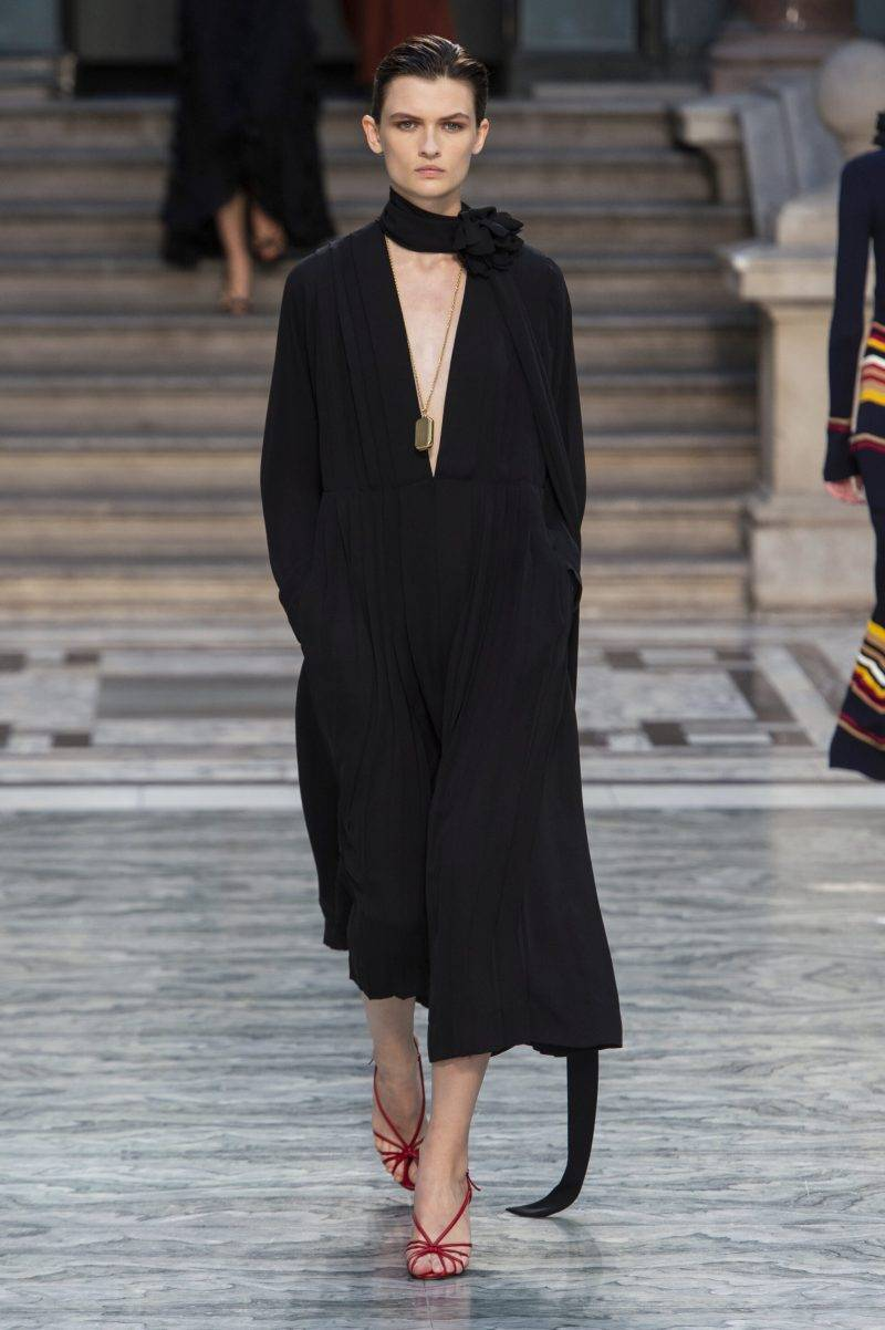 Victoria Beckham på London Fashion Week SS20, svart draperad klänning