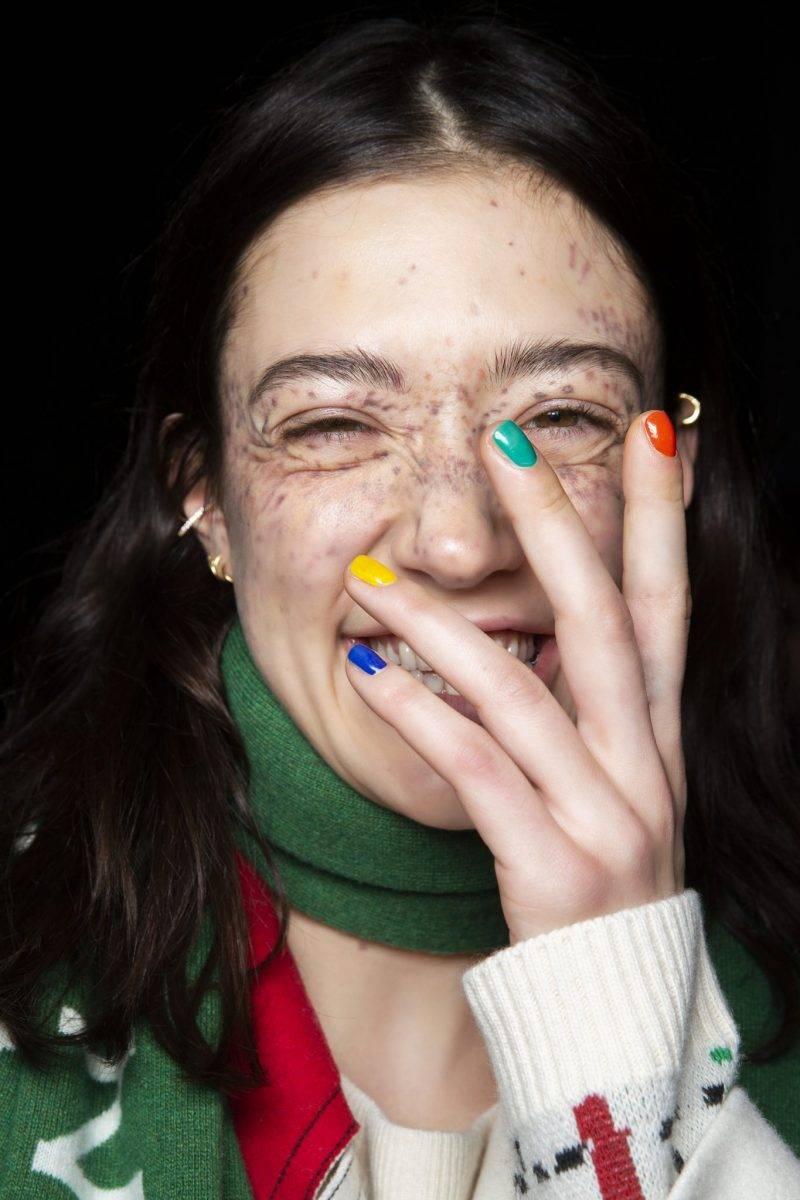 Modell med nagellack i flera färger.