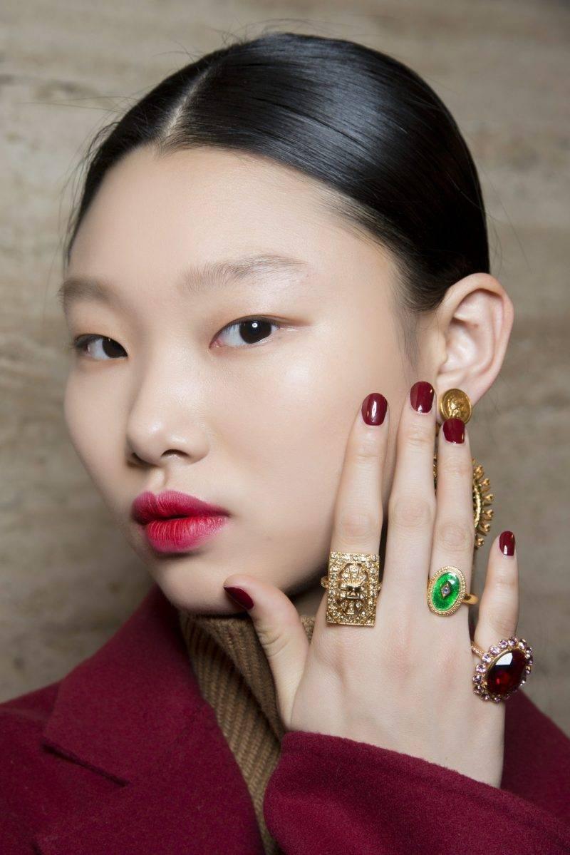 Modell med röda naglar.