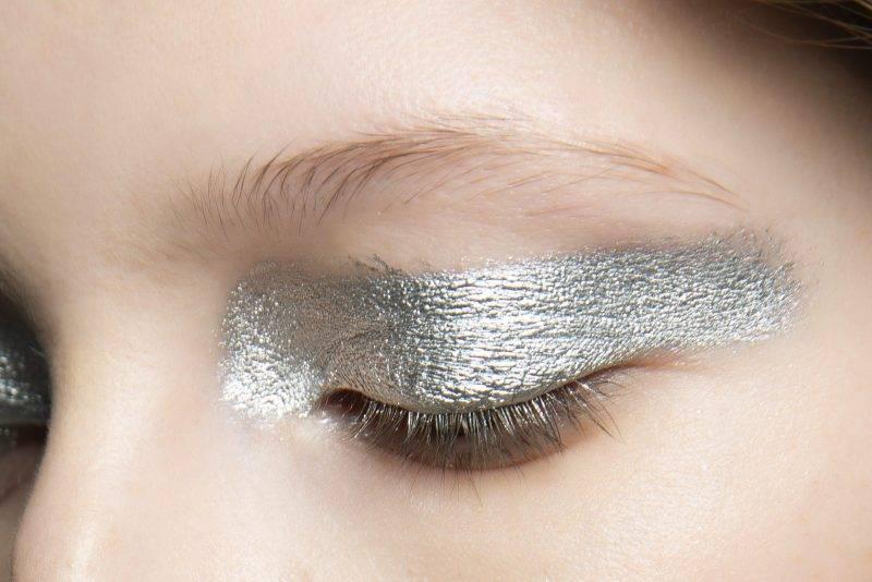 Grovdragen eyeliner i silver hos Jourden AW19.