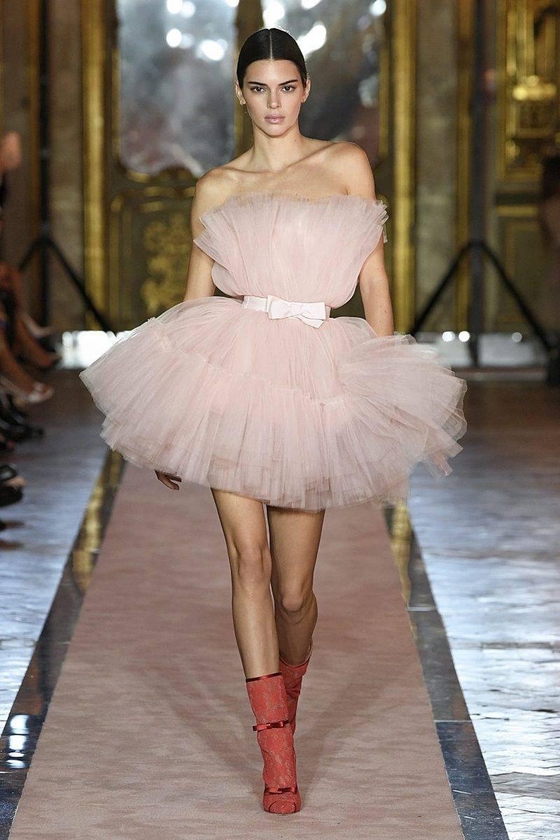 Kendall Jenner i rosa tyllklänning från Giambattista Valli x H&M.