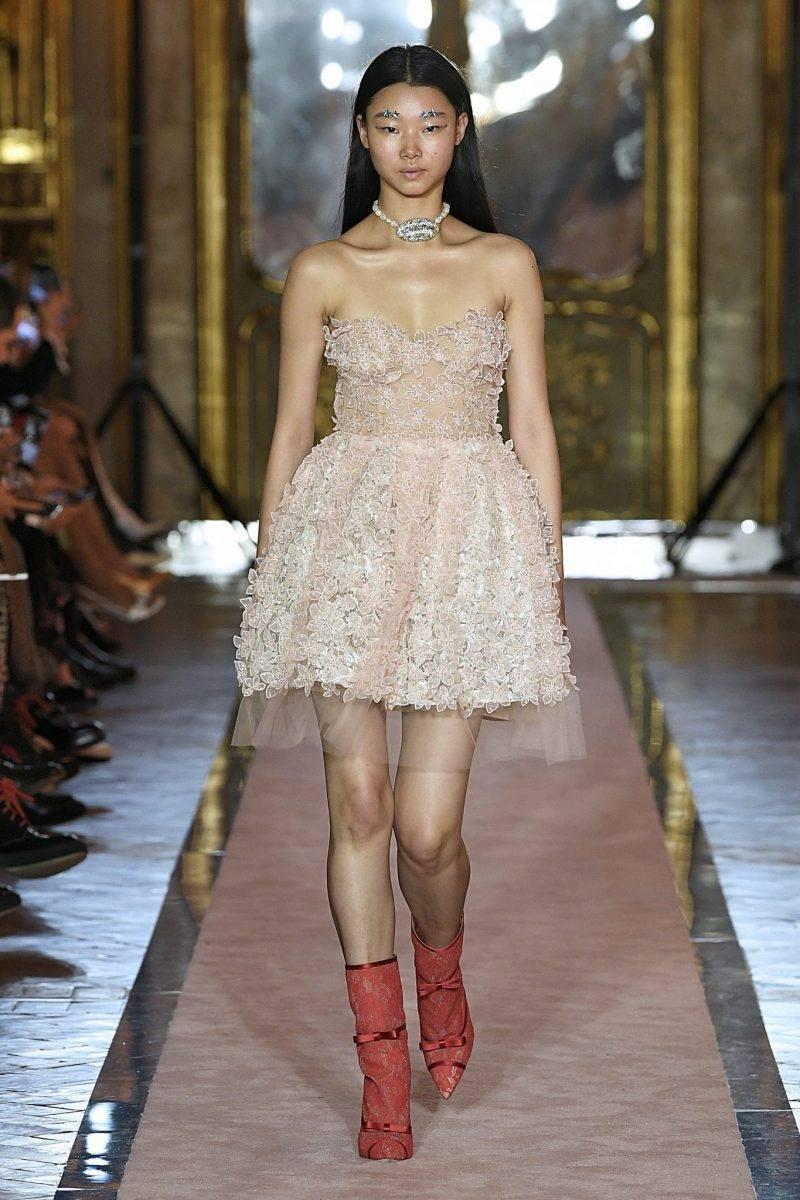 Puderrosa klänning med broderier från Giambattista Valli x H&M.