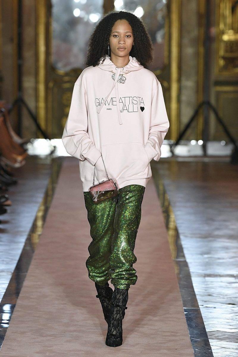 Rosa hoodtröja och gröna glitterbyxor från Giambattista Valli x H&M.