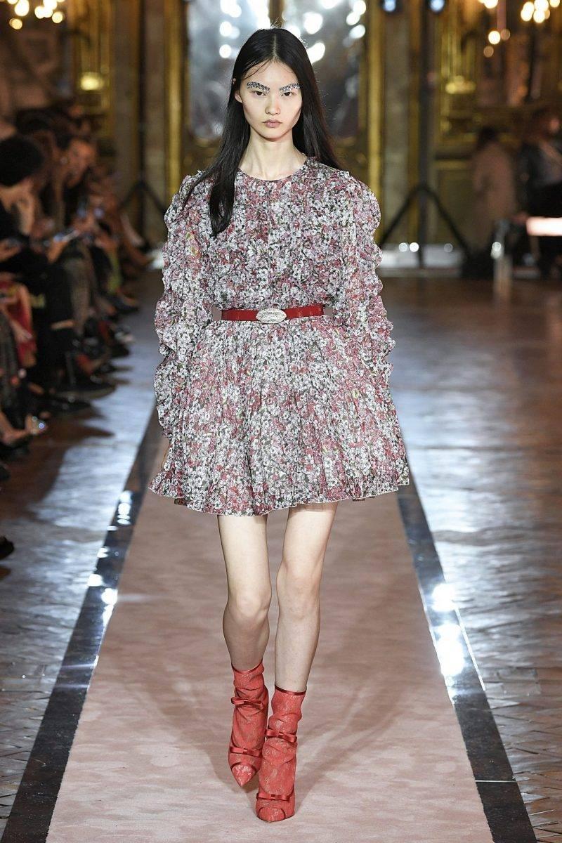 Blommig kort klänning med rött bälte från Giambattista Valli x H&M.