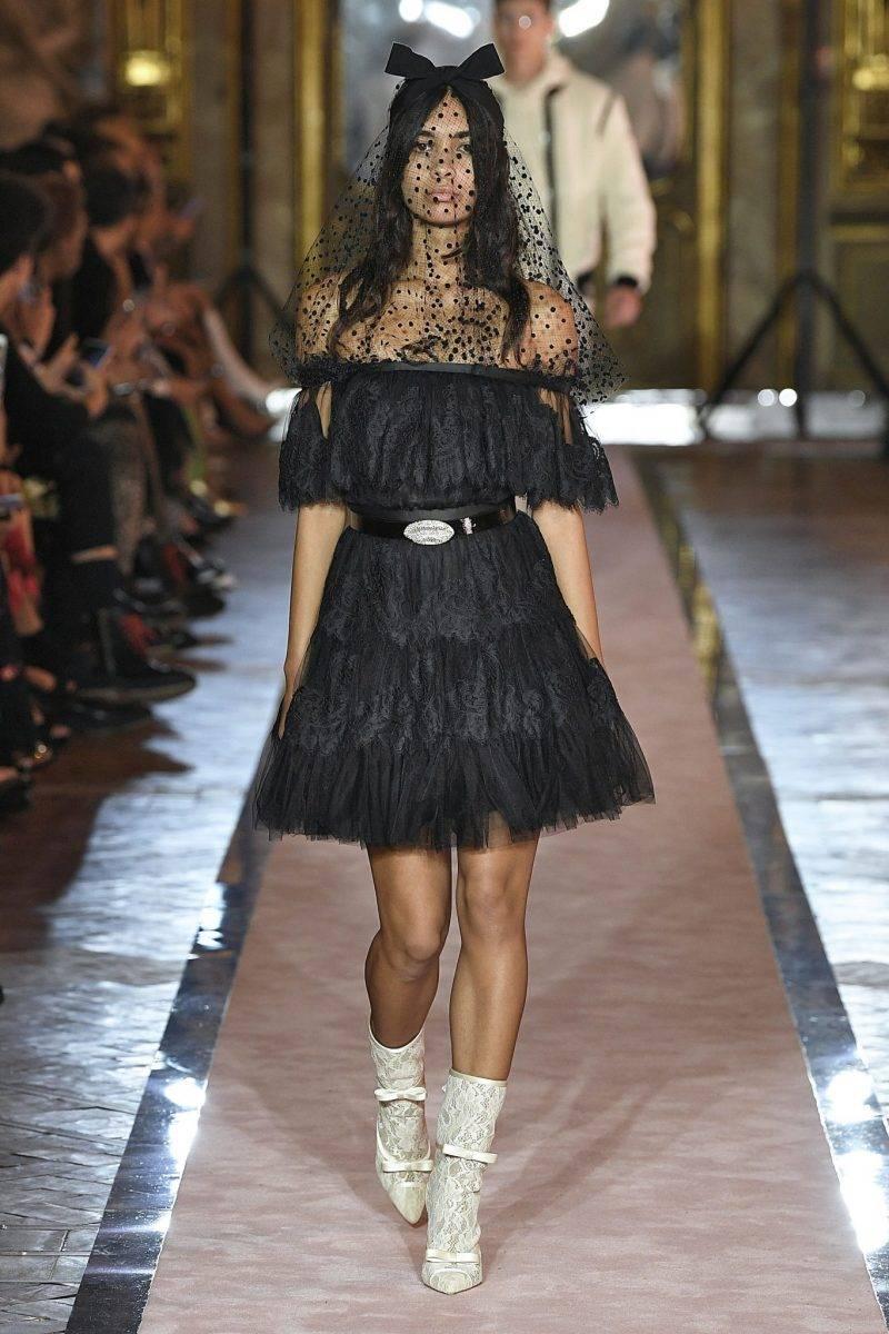 Svart tyllklänning med spets från Giambattista Valli x H&M.