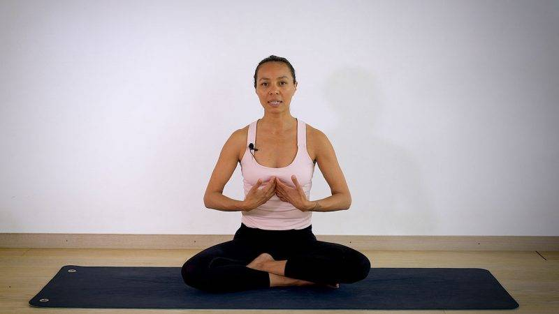 Johanna Ljunggren gör yogapositionen Hitta andningen