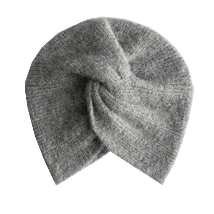 grå twistad mössa