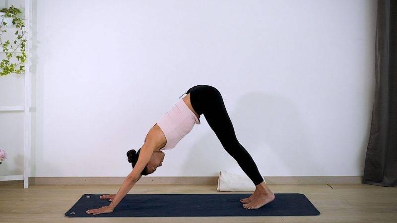Johanna Ljunggren gör yogapositionen Nedåtgående hund