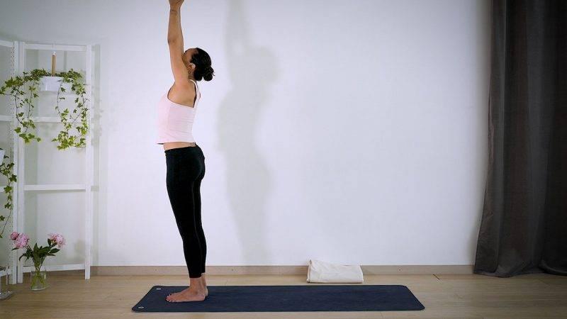Johanna Ljunggren gör yogapositionen Solhälsning