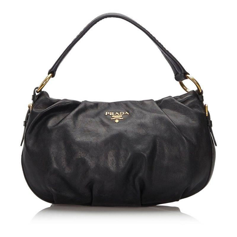Baguette-modellen håller sig kvar och den här svarta vintage väskan från Prada är urfin.