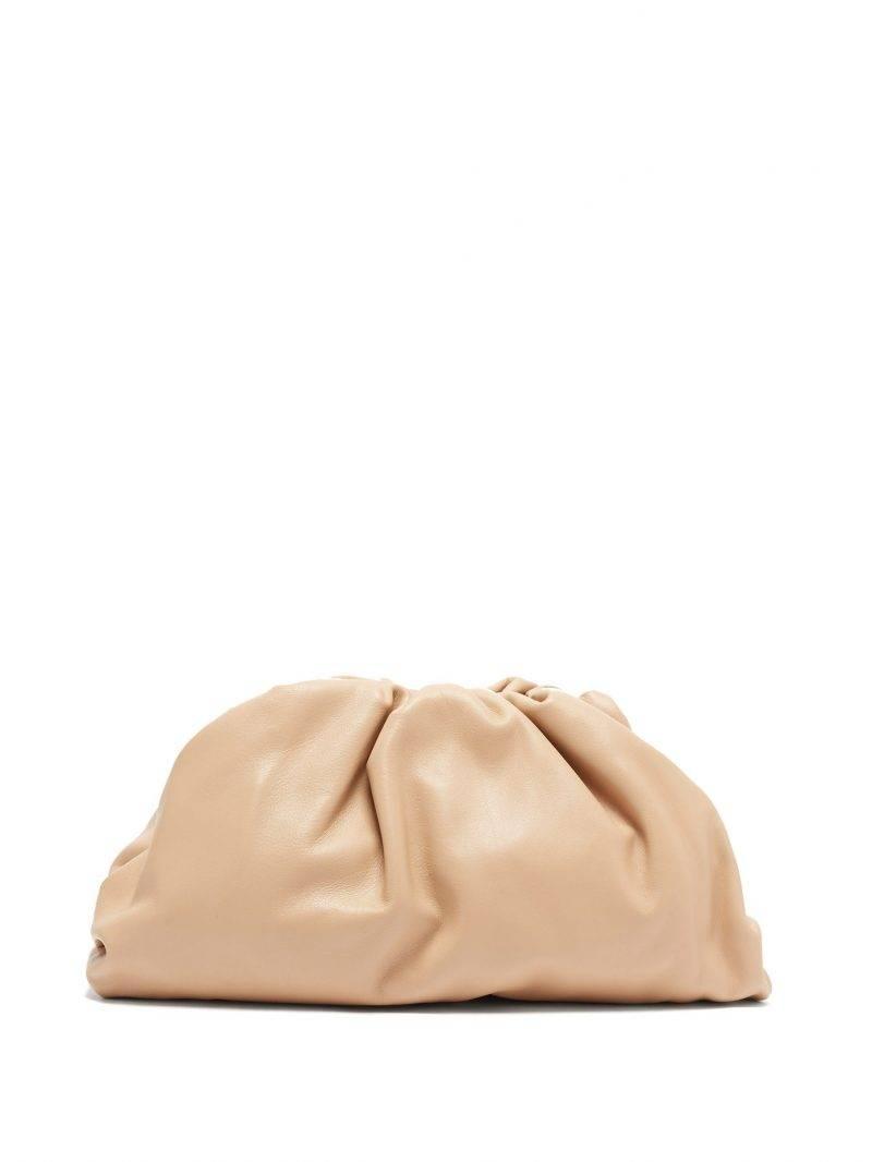 Beigefärgade clutchväskan The pouch från Bottega Veneta.