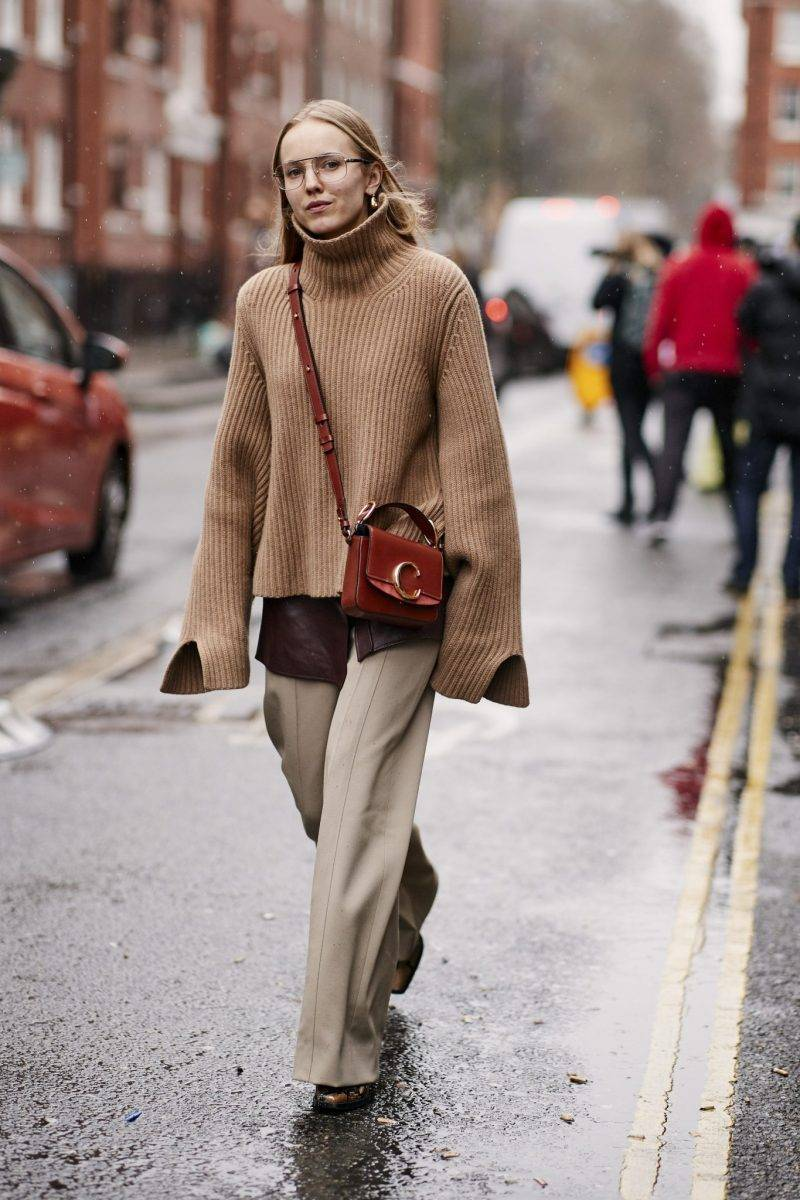 Streetstyle inspiration under London Fashion Week. Grovstickad polotröja i beige.