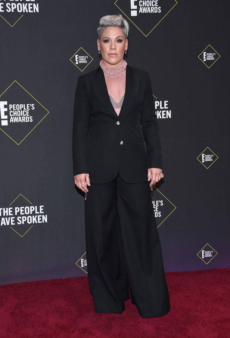 Pink på röda mattan på People
