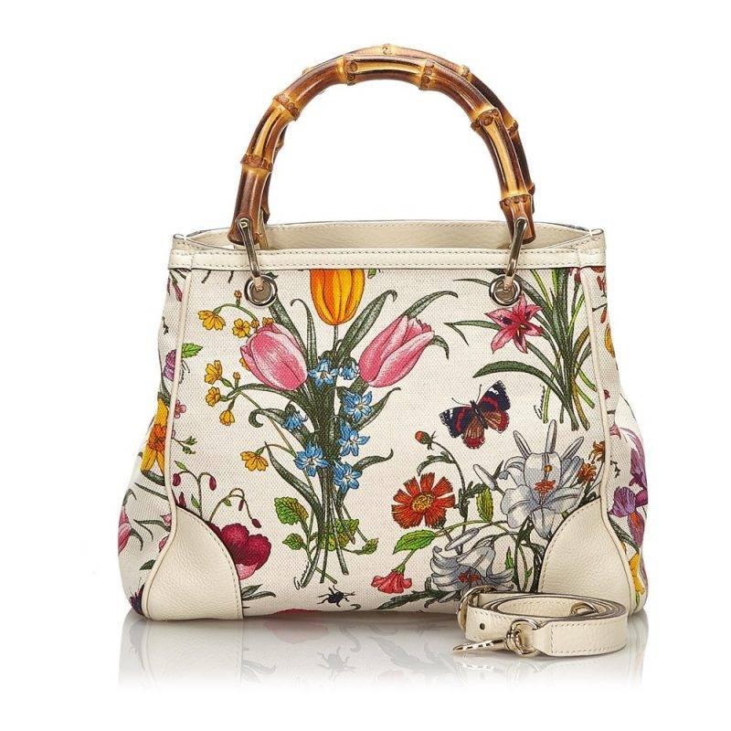 En blomstrande vintage väska från Gucci md vackra bambu handtag.