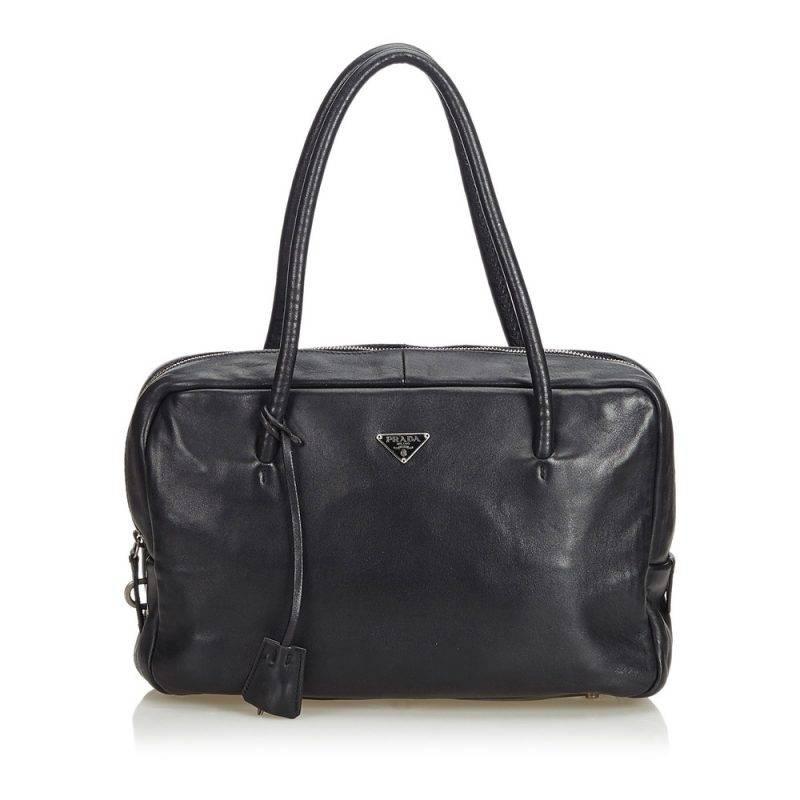 Svart vintageväska i läder med handtag från Prada.