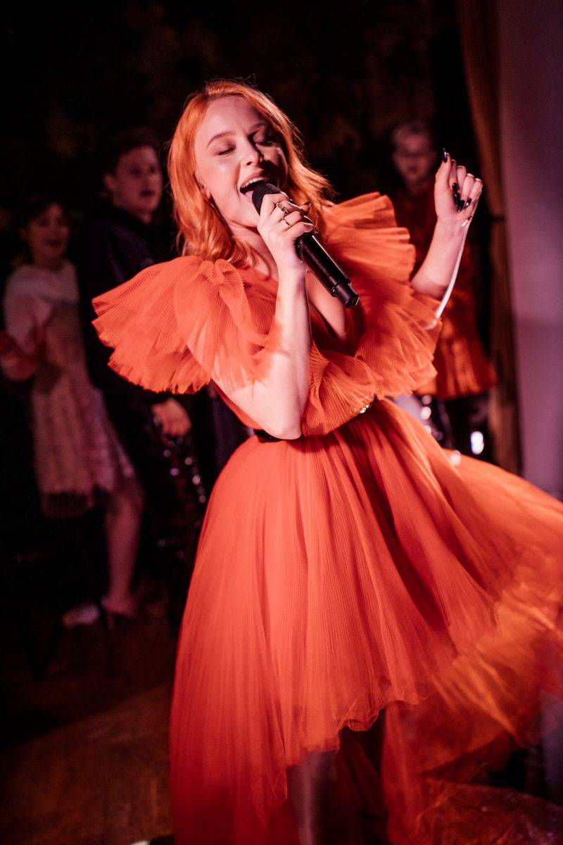 Zara Larsson i en Giambattista Valli x H&M-klänning