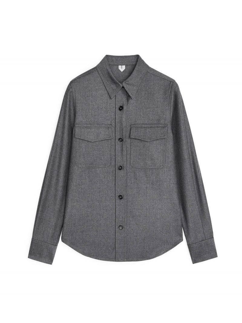 Mörkgrå flannelskjorta med svarta knappar från Arket.