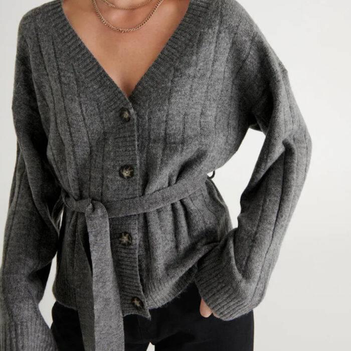 Stickad tröja med bälte i midjan