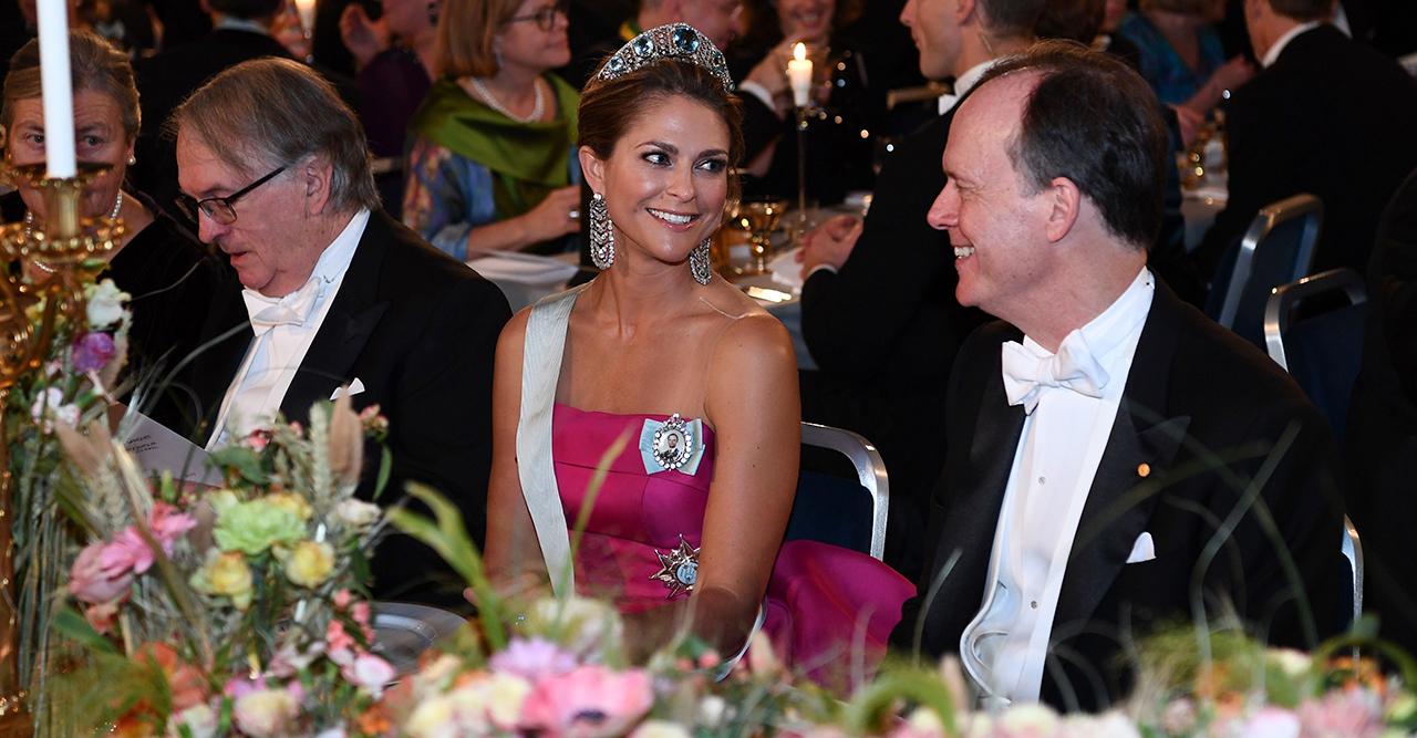 Madeleine i magisk magenta-klänning på Nobel