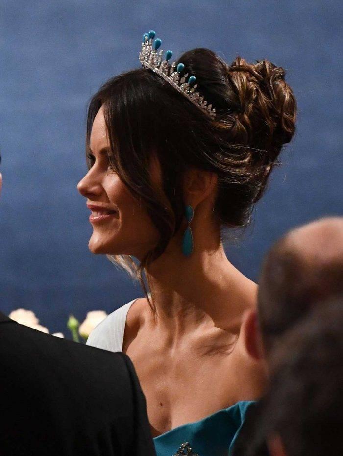 Prinsessan Sofia i sin privata tiara, men nu toppad med turkoser. Och i öronen har hon ett par örhängen i exakt samma nyans.