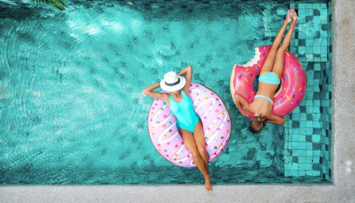 Kvinnor badar i pool