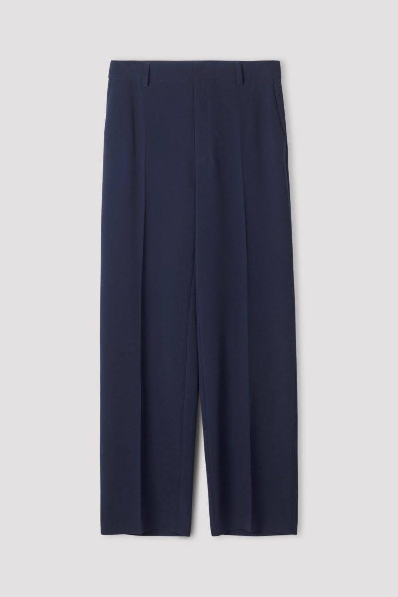 Marinblå byxor i avslappnad modell från Filippa K.
